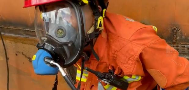 横县三人船舱功课油漆中毒 消防戴面罩救援
